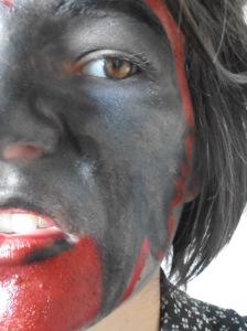 Maquillage final halloween femme de satan moitié visage