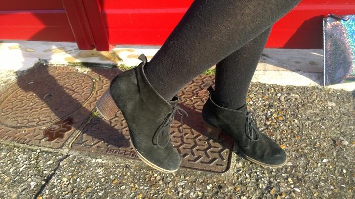 tenue de fête détail chaussures brocante